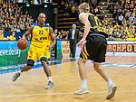 07.01.2018, EWE Arena, Oldenburg, GER, BBL, EWE Baskets Oldenburg vs WALTER Tigers T&uuml;bingen, im Bild<br /> <br /> Mathis M&Ouml;NNINGHOFF (T&uuml;bingen #17 )<br /> Rickey PAULDING (EWE Baskets Oldenburg #23)<br /> Foto &copy; nordphoto / Rojahn