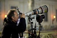 Città del vaticano, 13 Marzo, 2013. Il fotografo dellìagenzia Reuters, Tony Gentile, testa la sua attrezzatura per fotografare il Papa Francesco durante la sua prima apparizione come Pontefice.