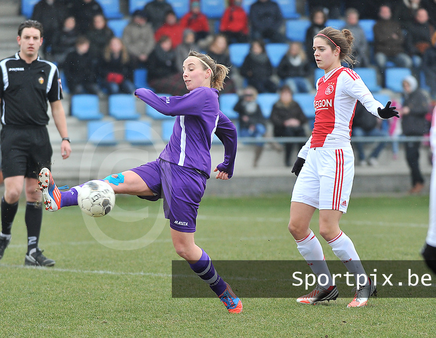 Beerschot Dames - AJAX Amsterdam Dames : Lim De vetter aan de bal voor Tessel Middag.foto JOKE VUYLSTEKE / Vrouwenteam.be