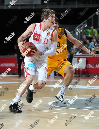 2011-05-19 / Basketbal / seizoen 2010-2011 / Antwerp Giants - BC Oostende / Michael Roll (Giants) passeert Petrovic..Foto: Mpics