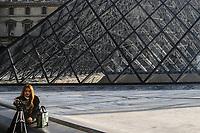 FRANCIA - Parigi - Jeoh Ming Pei, 1989, piramide di vetro, entrata principale del Museo del Louvre FRANCE - Paris - Jeoh Ming Pei, 1989, glass pyramid, the main entrance to the Louvre Museum FRANCIA - Parigi - Jeoh Ming Pei, 1989, piramide di vetro,  Museo del Louvre FRANCE - Paris - Jeoh Ming Pei, 1989, glass pyramid,  the Louvre Museum<br /> una turista orientale si scatta un selfie