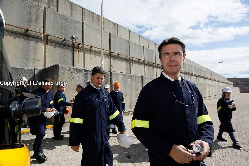 Fecha: 02-10-2012. (Lugo), El Ministro Soria visita la factoria de Alcoa en San Cibrao. En la imagen el ministro Soria y Samuel Juarez, en la zona que da al mar de la factoria. En la foto sistema de rompeolas.