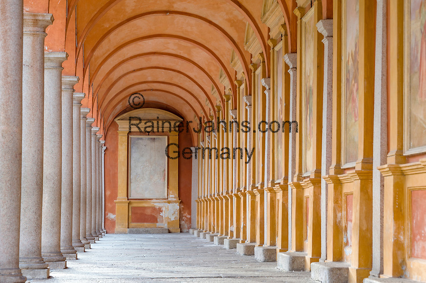 Italy, Piedmont, Baveno: baptistery cloister at Piazza della Chiesa   Italien, Piemont, Baveno: Kreuzgang des Baptisteriums an der Piazza della Chiesa