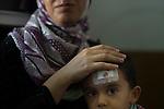 15 septiembre 2015. Ceti-Melilla <br /> Ghafran Alkhalid es de Idlib (Siria) y tiene 33 a&ntilde;os. Tiene un hijo Mohammed Al Kasir, de 3 a&ntilde;os, y Tared, de 1. Se queja de la falta de pediatras e int&eacute;rpretes en el Centro de Estancia Temporal de Inmigrantes (Ceti) de Melilla. La ONG Save the Children exige al Gobierno espa&ntilde;ol que tome un papel activo en la crisis de refugiados y facilite el acceso de estas familias a trav&eacute;s de la expedici&oacute;n de visados humanitarios en el consulado espa&ntilde;ol de Nador. Save the Children ha comprobado adem&aacute;s c&oacute;mo muchas de estas familias se han visto forzadas a separarse porque, en el momento del cierre de la frontera, unos miembros se han quedado en un lado o en el otro. Para poder cruzar el control, las mafias se aprovechan de la desesperaci&oacute;n de los sirios y les ofrecen pasaportes marroqu&iacute;es al precio de 1.000 euros. Diversas familias han explicado a Save the Children c&oacute;mo est&aacute;n endeudadas y han tenido que elegir qui&eacute;n pasa primero de sus miembros a Melilla, dejando a otros en Nador.<br /> &copy; Save the Children Handout/PEDRO ARMESTRE - No ventas -No Archivos - Uso editorial solamente - Uso libre solamente para 14 d&iacute;as despu&eacute;s de liberaci&oacute;n. Foto proporcionada por SAVE THE CHILDREN, uso solamente para ilustrar noticias o comentarios sobre los hechos o eventos representados en esta imagen.<br /> Save the Children Handout/ PEDRO ARMESTRE - No sales - No Archives - Editorial Use Only - Free use only for 14 days after release. Photo provided by SAVE THE CHILDREN, distributed handout photo to be used only to illustrate news reporting or commentary on the facts or events depicted in this image.