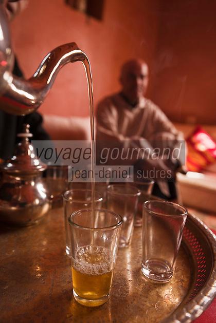 Afrique/Afrique du Nord/Maroc/Province d'Agadir/Tighanimine Elbaz: Ecolodge Atlas Kasbah - Hassan lors de la cérémonie du thé à la menthe