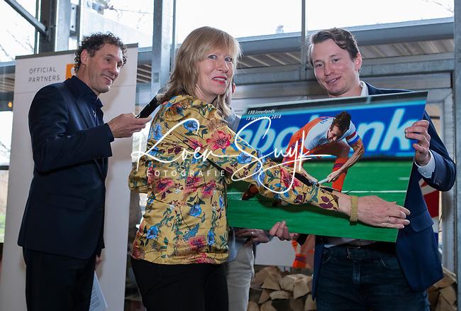 VOGELENZANG -  presentator Marcel Maijer met Sander Baart en Seve van Ass (150 interlands) . met Helen Maijer (Deloitte)   Spelerslunch KNHB 2019.   COPYRIGHT KOEN SUYK