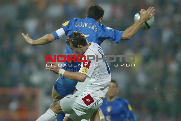 U21 - EM 2004 - Finale<br /> Serbien und Montenegro vs. Italien 0:3<br /> Die Hand Gottes bei Daniele Bonera (hinten) von Italien. Im Vordergrund Milos Maric von Serbien und Montenegro.<br /> Foto &copy; nordphoto - Ruediger Lampe<br /> <br /> <br /> <br />  *** Local Caption *** Foto ist honorarpflichtig! zzgl. gesetzl. MwSt.<br />  Belegexemplar erforderlich<br /> Adresse: nordphoto<br /> Georg-Reinke-Strasse 1<br /> 49377 Vechta