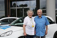 Maria und Franz Kalig aus Niedernhausen freuen sich über den bei der Deutschen Fernsehlotterei gewonnenen Opel Adam