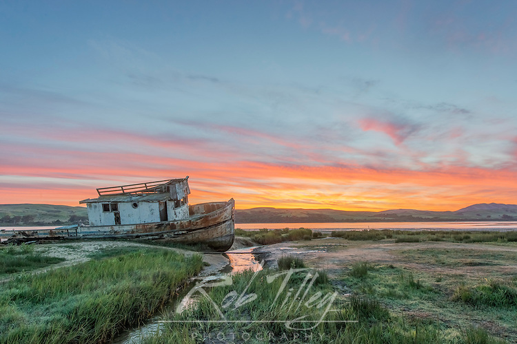 USA, CA, Point Reyes National Seashore, Shipwreck Sunrise