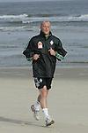NORDERNEY Trainer Thomas Schaaf bleibt Norderney treu. Nachdem er bereits elfmal mit Fu&szlig;ball-Bundesligist Werder Bremen ins Trainingslager auf die Nordseeinsel gefahren ist, um sein Team auf eine Saison vorzubereiten, will er die Sportpl&auml;tze und die dort gebotene Betreuung auch f&uuml;r seinen neuen Verein, Eintracht Frankfurt, nutzen. Das Trainingslager ist f&uuml;r die Zeit vom 6. bis 12. Juli geplant.<br /> Archiv aus: BL 2004/2005 -  Trainingslager Werder Bremen<br /> Trainer Thomas Schaaf von Werder Bremen als Strandlaeufer.<br /> <br /> Foto &copy; nordphoto <br /> <br />  *** Local Caption *** Foto ist honorarpflichtig! zzgl. gesetzl. MwSt.<br /> Belegexemplar erforderlich<br /> Adresse: nordphoto<br /> Georg-Reinke-Strasse 1<br /> 49377 Vechta