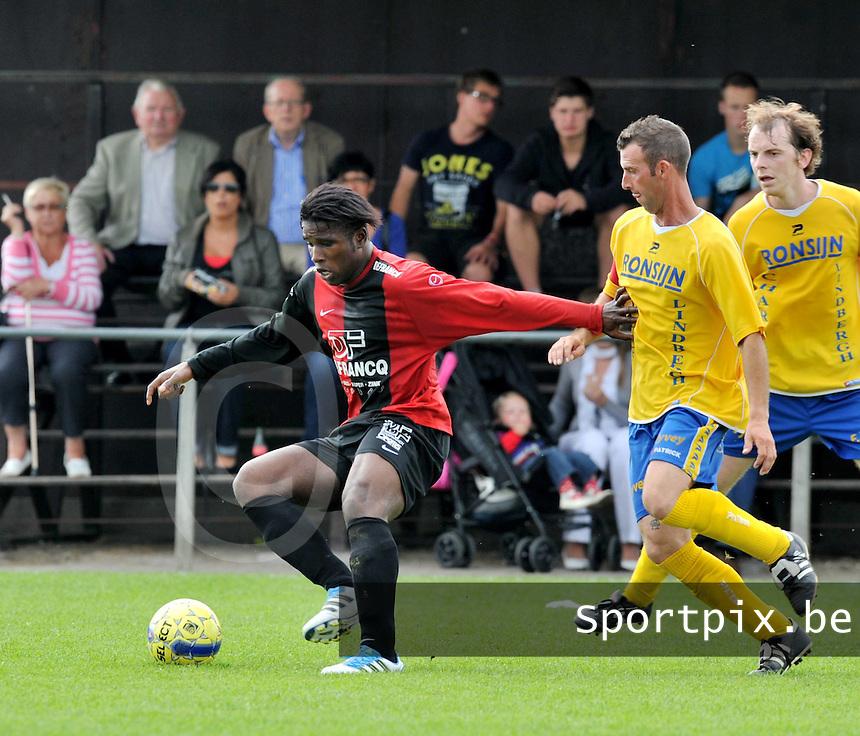 Winkel Sport - SK Eernegem : Yves Ngabu aan de bal voor Alain Vanhegen.foto VDB / BART VANDENBROUCKE