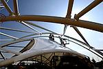 MAASSLUIS - In Maassluis zijn medewerkers van De Klerk Staalbouw begonnen met het aanbrengen van de eerste kunststof dekzeilen op het dak van een bijzonder vormgegeven kerkgebouw. De bouw van het als een grote boogtent door Royal Haskoning ontworpen complex bleek zo ingewikkeld dat de bouw ernstig vertraagd is. ANP PHOTO COPYRIGHT TON BORSBOOM.