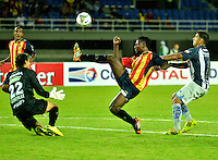 PEREIRA- COLOMBIA – 19-08-2014: David Gonzalez (Izq.) y Hanyer Mosquera (Cent.), jugadores de Las Aguilas de Colombia disputan el Balon con Miguel Escalada (Der.) jugador de Emelec de Ecuador Colombia durante partido de ida de la primera fase, de la Copa Total Suramericana entre Aguilas Doradas de Colombia y Emelec de Ecuador en el estadio Hernan Ramirez Villegas, de la ciudad de Pereira. / David Gonzalez (L) and Hanyer Mosquera  (C), players of Las Aguilas of Colombia vies for the ball with Miguel Escalada (R) player of Emelec of Ecuador during a match for the first round of the first phase, between Aguilas Doradas of Colombia and Emelec of Ecuador of the Copa Total Suramericana in the Hernan Ramirez Villegas in Pereira city. Photos: VizzorImage / Str.