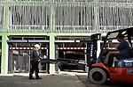 NIEUWEGEIN - In Nieuwegein monteren medewerkers van BRS Building Systems opmerkelijk gevormde parkeerhekken in de door Züblin Nederland gebouwde parkeergarage naast het nieuwe theater de Kom. De 10 zgn Speedgates van de BAVAK Beveiligingsgroep zien er net als het hekwerk rondom de door Architekten Cie ontworpen (Rijksbouwmeester Frits van Dongen) parkeergarage, uit als stalen bamboestaven. De parkeergarage wordt zeven etages hoog en gaat ruimte bieden aan ruim 1000 auto's. COPYRIGHT TON BORSBOOM