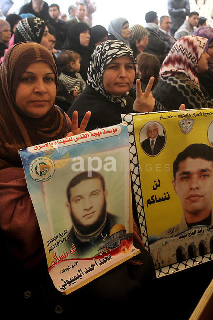 Palestinians gather during a protest at the Red Cross' offices in Gaza City to call for the release of Palestinian prisoners held in Israeli jails, on Feb. 29, 2012.  Photo by Ashraf Amra