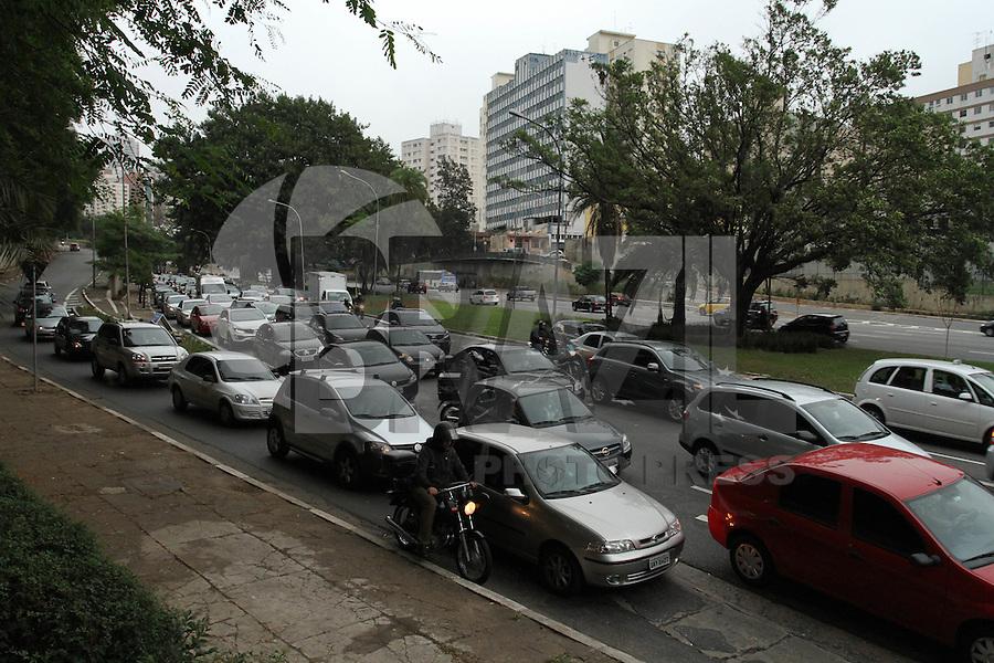 ATENCÃO EDITOR: FOTO EMBARGADA PARA VEICULO INTERNACIONAL - SÃO PAULO, SP, 26 OUTUBRO 2012 - TRANSITO EM SÃO PAULO - Transito na Av 23 de maio no começo da noite no sentido zona norte na região da Liberdade zona central da capital paulista nessa sexta,26. (FOTO: LEVY RIBEIRO / BRAZIL PHOTO PRESS)
