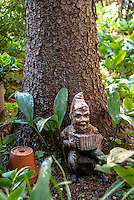 Nano da giardino con fisarmonica sotto a un albero. Gnomo --- A garden gnome playing accordion under a tree