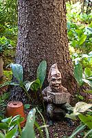 Nano da giardino con fisarmonica sotto a un albero. Gnomo --- A garden gnome playing accordion under a tree