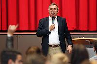 Gross-Gerau 02.05.2016: Europatag an den Gro&szlig;-Gerauer Schulen<br /> Gerold Reichenbach (SPD) diskutiert in der Stadthalle Gro&szlig;-Gerau mit den Sch&uuml;lern der 9. Klasse der Luise-B&uuml;chner-Schule &uuml;ber Europapolitik<br /> Foto: Vollformat/Marc Sch&uuml;ler, Sch&auml;fergasse 5, 65428 R'eim, Fon 0151/11654988, Bankverbindung KSKGG BLZ. 50852553 , KTO. 16003352. Alle Honorare zzgl. 7% MwSt.