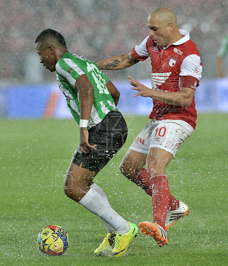 BOGOTÁ -COLOMBIA, 07-05-2014. Omar Perez (Der) de Independiente Santa Fe disputa el balón con Wilder Guisao (Izq) del Atlético Nacional durante partido de ida por las semifinales de la Liga Postobón  I 2014 jugado en el estadio Nemesio Camacho el Campín de la ciudad de Bogotá./ Independiente Santa Fe player Omar Perez (R) fights for the ball with Atletico Nacional player Wilder Guisao (L) during first leg match for the semifinals of the Postobon League I 2014 played at Nemesio Camacho El Campin stadium in Bogotá city. Photo: VizzorImage/ Gabriel Aponte / Staff