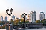 yekaterinburg stadt werfen the straße lichter hinein abend
