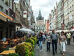 Gdańsk, (woj. pomorskie) 16.08.2014. Ulica Długa w Gdańsku, w głębi widoczna Złota Brama i Wieża Więzienna.