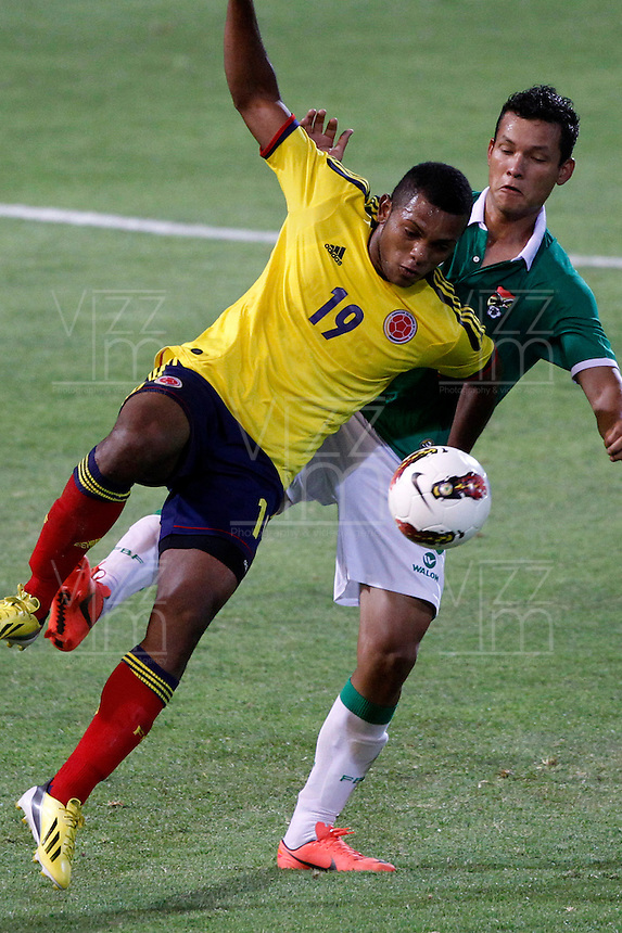 MENDOZA -ARGENTINA- 15-01-2013: Miguel Borja, (Izq.) delantero de Colombia, disputa el balón con Gerardo Castellón (Der.) de Bolivia, durante partido entre los seleccionados de Colombia y Bolivia en el estadio Las Malvinas de Mendoza Argentina,  enero  15 de 2013. Colombia venció seis goles a cero a Bolivia en partido por el Suramericano Sub 20 del grupo A, clasificatorio al mundial en Turquia. Miguel Borja (R) forward from Colombia, fights for the ball with Gerardo Castellón (R) from Bolivia, during the match between Colombia and Bolivia in the stadium The Falklands in Mendoza, Argentina, on 15 January 2013. Colombia beat six goals to cero to Bolivia in South American game for the Under 20 group A, qualifying to Turkey world cup.  (Photo: Photosport/Photogamma / VizzorImage).