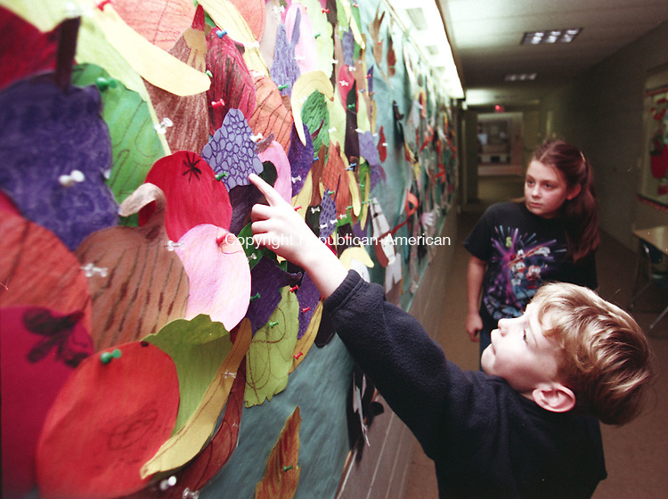MIDDLEBURY, CT 11/24/98--1124TK07.tif  (left to right:)First grader Ben Dwyer shows with his Thanksgiving Day creative art efforts with fourth grade friend Arden Giangarra--TOM KABELKA staff photo for Tim Motz story.  (Filed in Scans/Scan-In)