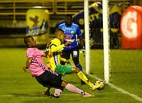 TUNJA - COLOMBIA -28-10-2016:  Mateo Palacios (Izq.) jugador de Boyaca Chico FC disputa el balón con Davinson Monsalve (Der.) jugador de Atletico Huila, durante partido Boyaca Chico FC y Atletico Huila, de la fecha 18 de la Liga Aguila II-2016, jugado en el estadio La Independencia de la ciudad de Tunja. / Mateo Palacios (L) player of Boyaca Chico FC vies for the ball with Davinson Monsalve (R) jugador of Atletico Huila, during a match Boyaca Chico FC and Atletico Huila, for the date 18 of the Liga Aguila II-2016 at the La Independencia  stadium in Tunja city, Photo: VizzorImage  / Cesar Melgarejo / Cont.