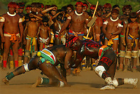"""XINGU/MT /07/98 - GUERREIROS NA ALDEIA CAMAYURA, DO ALTO XINGU, REALIZAM A DANCA DO LUTADORES DURANTE A FESTA DO KUARUP, REALIZADA NA ALDEIA, EM HOMENAGEM AOS SERTANISTAS CLAUDIO E ORLANDO VILLAS-BOAS. A FESTA DO KUARUP E UMA CERIMONIA RELIGIOSA PARA LIBERTACAO DOS ESPIRITOS DOS MORTOS HOMENAGEADOS E A PASSAGEM DAS SUAS ALMAS PARA A """"ALDEIA DAS ESTRELAS"""", CONFORME CRENCA DOS POVOS INDIGENAS DO XINGU. (FOTO/ERALDO PERES/ PhotoagÍncia/Acervo H."""