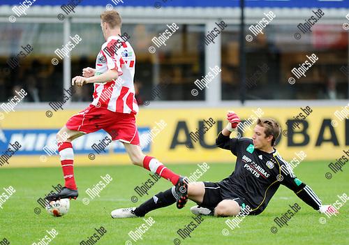 2011-07-30 / Seizoen 2011-2012 / Voetbal / Hoogstraten VV - RSC Anderlecht / Michiel Lanslots van Hoogstraten is doelman Davy Roef van Anderlecht te snel af..Foto: mpics
