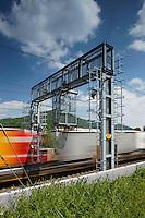 SBB Fernverkehrzug - Schnellzug beim uebrfahren einer Profil- und Antennenortungsanlage PAO in Liestal am 4. Mai 2011..Copyright © Zvonimir Pisonic