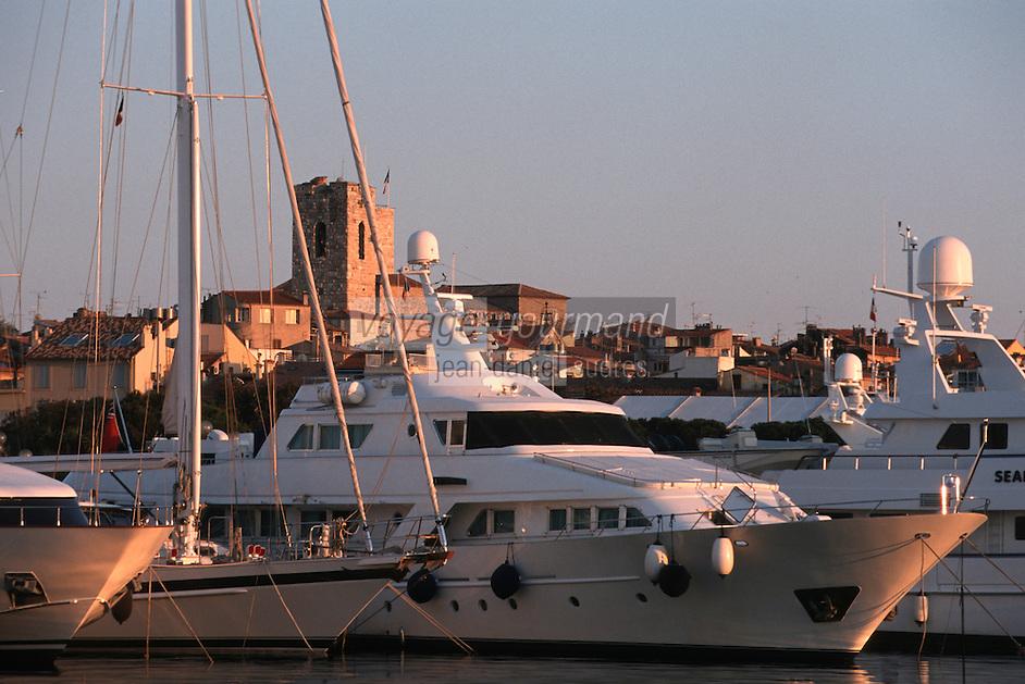 France/06/Alpes Maritimes/ Antibes: les yachts du Port Vauban et la vieille ville