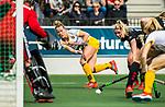 AMSTELVEEN - Hockey - Hoofdklasse competitie dames. AMSTERDAM-DEN BOSCH (3-1) . Lieke Hulsen (Den Bosch) geeft de bal voor . rechts Kimberly Thompson (A'dam) en links keeper Anne Veenendaal (A'dam)  COPYRIGHT KOEN SUYK