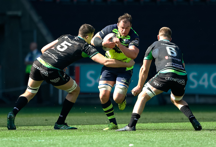 Leinster's Rhys Ruddock /under pressure from Ospreys' Rory Thornton<br /> <br /> Photographer Simon King/CameraSport<br /> <br /> Guinness PRO12 Round 19 - Ospreys v Leinster Rugby - Saturday 8th April 2017 - Liberty Stadium - Swansea<br /> <br /> World Copyright &copy; 2017 CameraSport. All rights reserved. 43 Linden Ave. Countesthorpe. Leicester. England. LE8 5PG - Tel: +44 (0) 116 277 4147 - admin@camerasport.com - www.camerasport.com