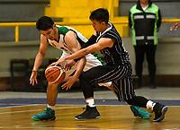 BOGOTA – COLOMBIA - 28 – 05 - 2017: David Hernandez (Der.) jugador de Piratas, disputa el balón con Jairo Pardo (Izq.) jugador de Aguilas, durante partido entre Piratas de Bogota y Aguilas de Tunja por la fecha 4 de Liga  Profesional de Baloncesto Colombiano 2017 en partido jugado en el Coliseo El Salitre de la ciudad de Bogota. / David Hernandez (C) player of Piratas, fights for the ball with Jairo Pardo (L) player of Aguilas, during a match between Piratas of Bogota and Aguilas of Tunja, of the  date 4th for La Liga  Profesional de Baloncesto Colombiano 2017, game at the El Salitre Coliseum in Bogota City. Photo: VizzorImage / Luis Ramirez / Staff.