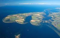 Insel Poel :EUROPA, DEUTSCHLAND, MECKLENBURG- VORPOMMERN 29.06.2005 Insel Poel ist mit 36 km² Fläche die fünftgrößte deutsche Insel, sie liegt in der südlichen Mecklenburger Bucht der Ostsee und begrenzt den Norden der Wismarer Bucht. Sie ist gleichzeitig die amtsfreie Gemeinde Insel Poel im Landkreis Nordwestmecklenburg in Mecklenburg-Vorpommern. Hauptort der Gemeinde ist Kirchdorf am Ende der tief von Süden einschneidenden Bucht Kirchsee. Neben der Wismarer Bucht im Süden wird die Insel im Osten von der Zaufe und dem Breitling sowie im Nordosten durch die Kielung vom Festland getrennt. Der Insel Poel ist im Nordosten die kleine Insel Langenwerder unmittelbar vorgelagert. Poel ist über einem befahrbaren Damm mit dem Festland (Gemeinde Blowatz, Ortsteil Strömkendorf) verbunden. Blickrichtung von Sued nach Nord. Ostsee, Meer, Wasser.Luftaufnahme, Luftbild,  Luftansicht.