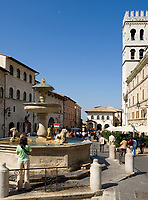 ITA, Italien, Umbrien, Assisi: Piazza del Comune mit Brunnen, Palazzo del Capitano del Popolo und Torre del Popolo | ITA, Italy, Umbria, Assisi: Piazza del Comune with fountain, Palazzo del Capitano del Popolo and tower Torre del Popolo