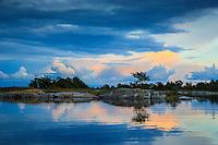 Gult moln i vattenspegling vid Stor-Tistronskär i Stockholms skärgård. / Yellow clouds in water mirroring the Greater Tistronskär in the Stockholm archipelago Sweden.