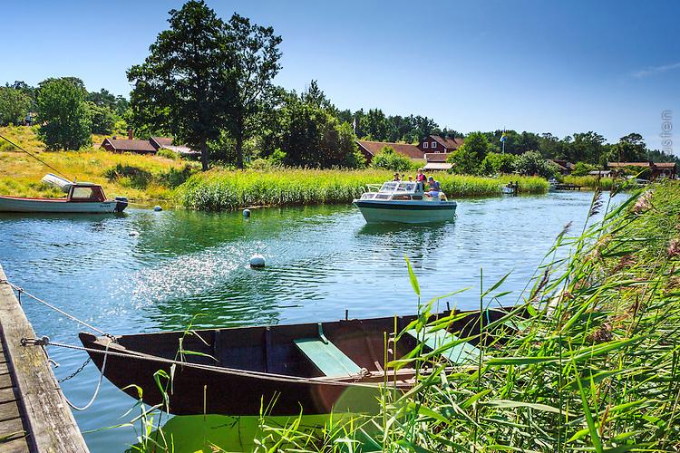 Motorbåt och roddbåt i idyll på Utö i Stockholms skärgård