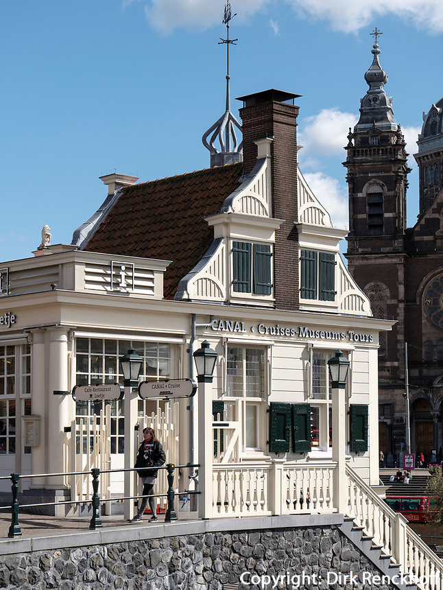 Caf&eacute; Loetje und Canal Tours vor Hauptbahnhof, Amsterdam, Provinz Nordholland, Niederlande<br /> Caf&eacute; Loetje and Canal Tours at central station, Amsterdam, Province North Holland, Netherlands