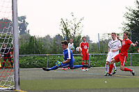 Andre Tittes (Büttelborn) erzielt das 3:1 per Lupfer gegen Johann Aumann (Biebesheim) - Büttelborn 27.08.2017: SKV Büttelborn vs. SV Olympia Biebesheim