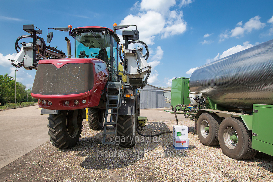 Filling a Hardi Alpha 4100 sprayer with water & chemical from a water bowser
