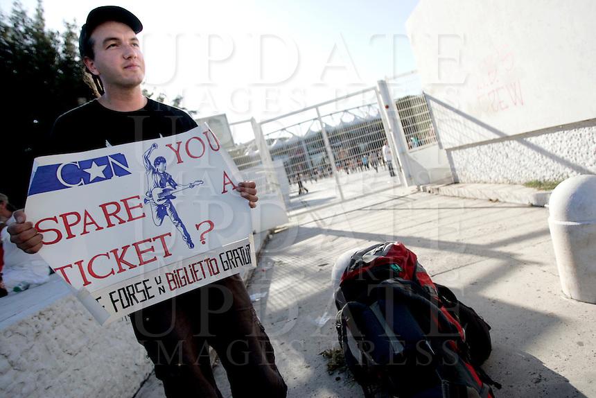 Un fan croato di Bruce Springsteen in cerca di biglietti all'esterno dello stadio Olimpico, Roma, 19 luglio 2009, poche ore prima del concerto della rockstar statunitense..UPDATE IMAGES PRESS/Riccardo De Luca