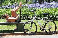 ATENÇAO EDITOR FOTO EMBARGADA PARA VEÍCULOS INTERNACIONAIS. SAO PAULO, 23 DE NOVEMBRO DE 2012 - CLIMA TEMPO SP - Com o dia ensolarado as pessoas aproveitaram a calma do inicio da tarde nessa sexta feira para caminhar e se exercitar no parque do Ibirapuera na zona sul da cidade nesta sexta-feira, 23. FOTO LEVY RIBEIRO - BRAZIL PHOTO PRESS