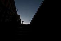 SAO PAULO, 21 DE JULHO DE 2012 -COTIDIANO- Na foto popular desce escada de acesso ao vale do anhangabau pelo viaduto do cha, no centro de Sao Paulo. FOTO VAGNER CAMPOS BRAZIL PHOTO PRESS