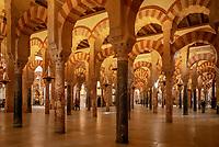 Spanien, Andalusien, Córdoba: Mezquita, innen, Boegen und Saeulen aus Granit, Jaspis und Marmor | Spain, Andalusia, Córdoba: Mezquita, inside, arches and columns  made of granite, jasper and marble