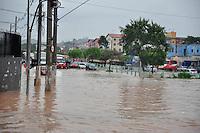 GUARULHOS, SP - 02.03.2016 - ALAGAMENTO GUARULHOS - Forte chuva causa alagamento na região do Terminal Taboão na rua Joaquina de Jesus na tarde desta quarta-feira (02). (Foto: Renato Gizzi / Brazil Photo Press)