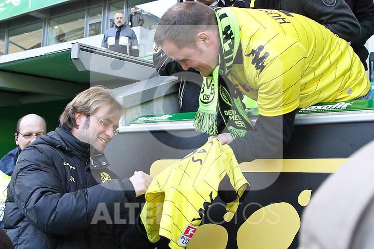 29.01.2011, Volkswagen Arena, Wolfsburg, GER, 1.FBL, VfL Wolfsburg vs Borussia Dortmund, im Bild Jürgen Klopp BVB Trainer - hier beim Autogrammschreiben   Foto © nph / Rust