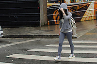 SÃO PAULO, SP, 17 DE OUTUBRO DE 2013 - CLIMA TEMPO SAO PAULO - Paulistano enfrenta chuva na manhã desta sexta feira, 18, na Avenida Paulista, região central da capital. FOTO: ALEXANDRE MOREIRA / BRAZIL PHOTO PRESS